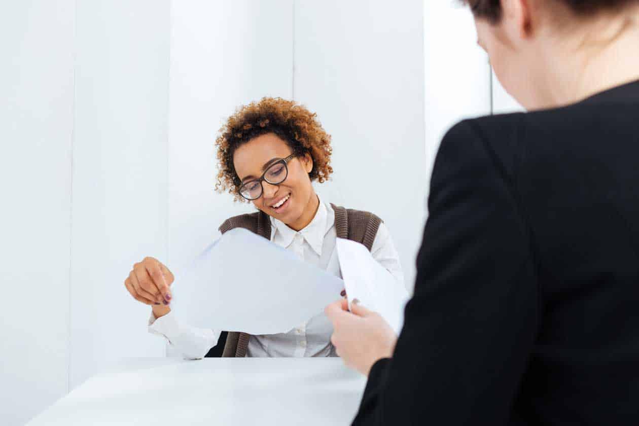 smiling african american businesswoman having job PGK7EXM min - Direkt bewerben Amberg